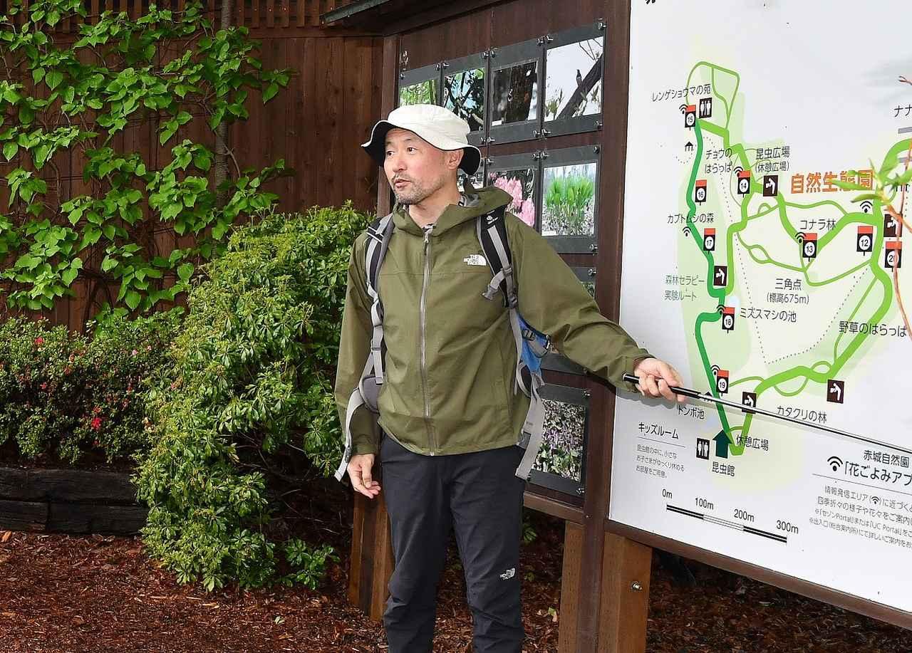 画像: 園内マップを使って歩くルートを説明する舘林正也さん