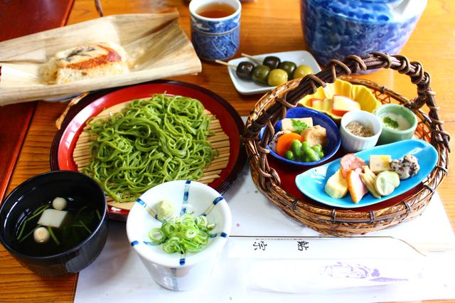 画像: 茶そばやうなぎの飯蒸しなどの昼食