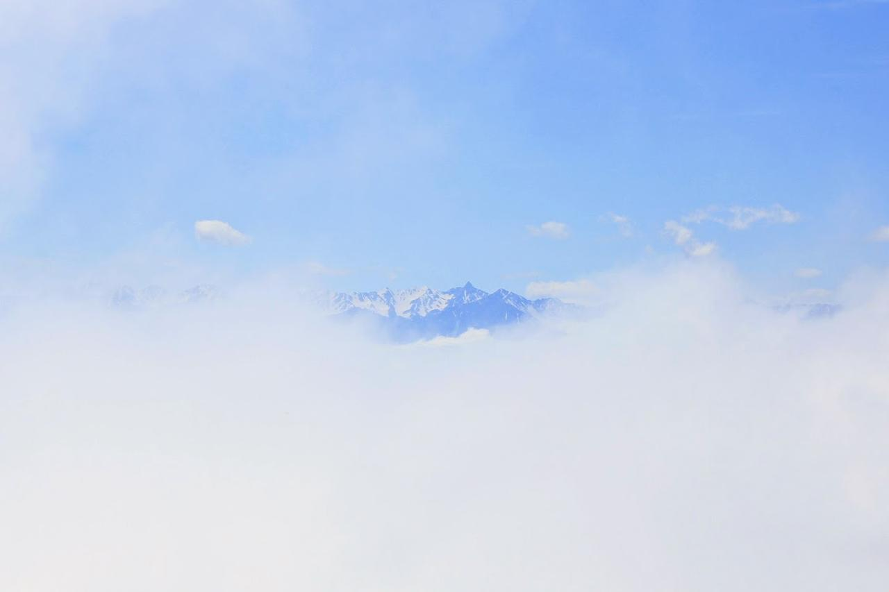 画像: 道中で一瞬だけ姿を見せた槍ヶ岳など北アルプスの峰々