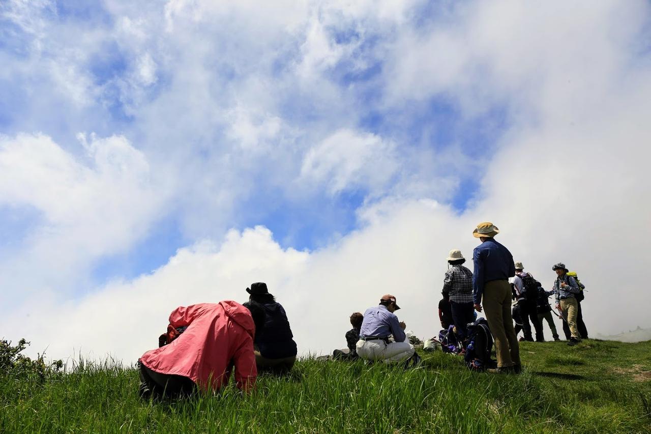 画像: 標高約2000メートルの美ヶ原に到着。青い空と白い雲が目にも鮮やかです