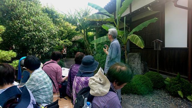 画像: 松尾芭蕉の墓がある義仲寺では、御住職(写真右)が境内の説明をしてくださいました