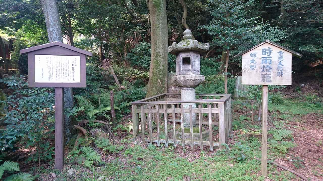 画像: 関蝉丸神社の時雨灯籠(しぐれとうろう)。鎌倉時代の特色をもった貴重な石灯篭として国の重要文化財に指定されています