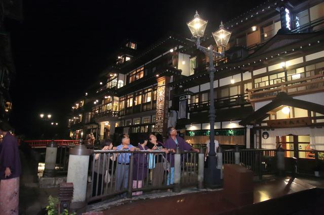 画像: 夜の銀山温泉街