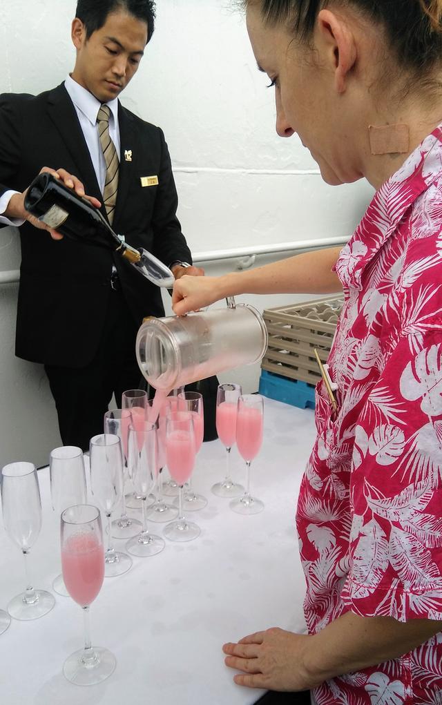 画像: 出航時にふるまわれた、薄いピンク色のノンアルコールドリンク