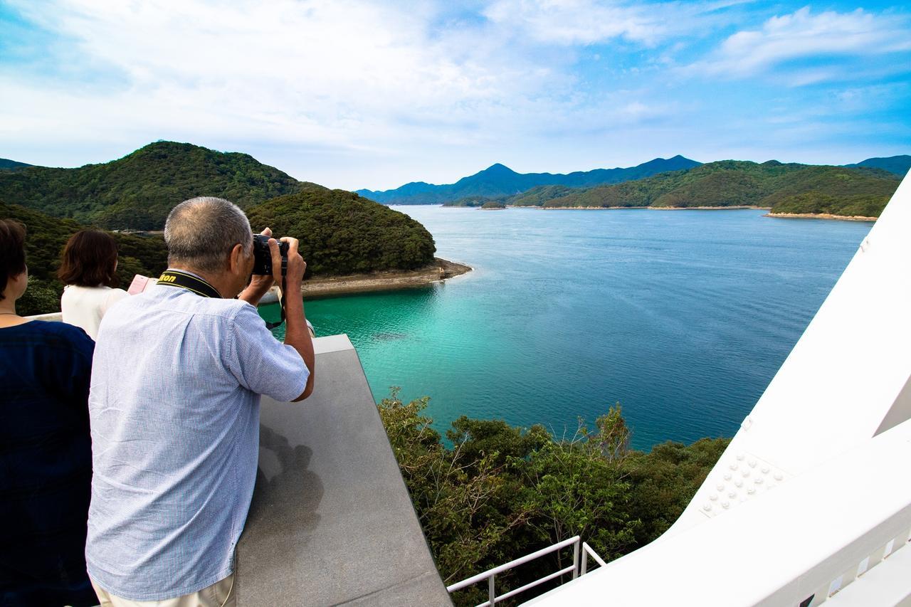 画像: 中通島と若松島を結ぶ若松大橋から、五島ならではの入り組んだ海と島の美景が楽しみます