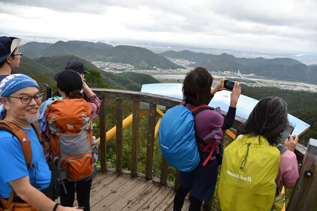 画像: 百々ヶ峰の展望台から街並みを撮影する旅仲間