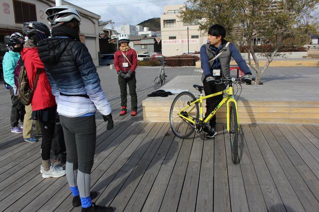 画像: 自転車の乗り方をアドバイスするガイドの奥川さん。