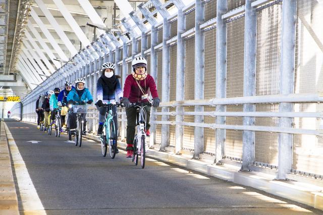 画像: 因島大橋は全長1270mで、珍しい2段構造。自転車は自動車道の階下を走ります。