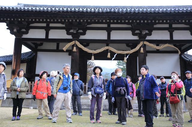 画像: 東大寺の国宝転害門。ここから平城京跡方面へ、旧一条大路を歩きます