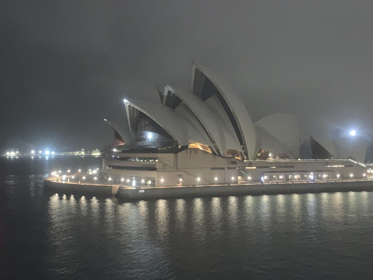 画像: 世界遺産オペラハウスに迎えられてシドニーに入港