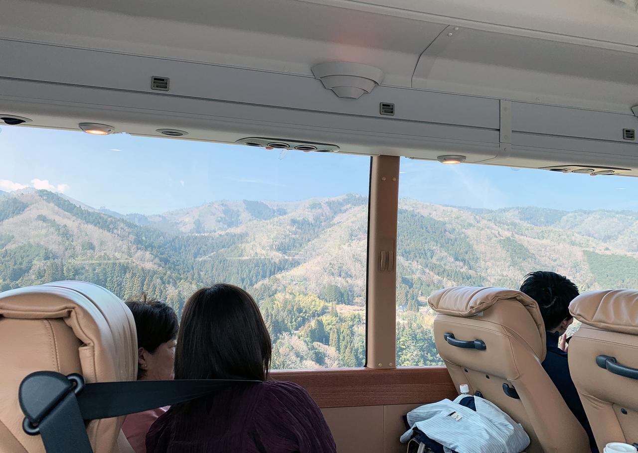 画像: ロイヤルクルーザーの大きな窓から風景を満喫