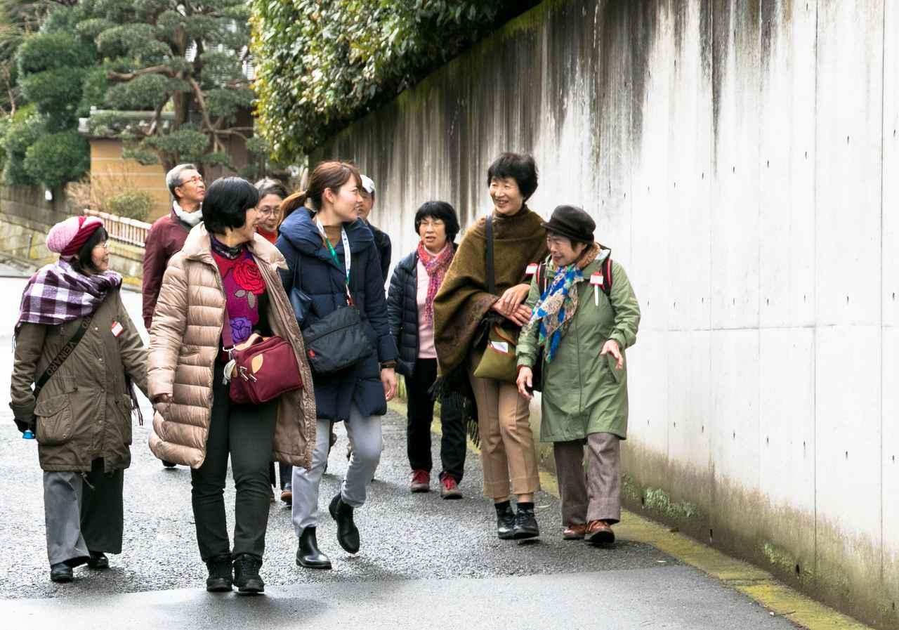 画像: みんなで一緒に歩くので旅仲間同士の距離が縮まり、話す機会も増えるのが〈そとあるき〉のいいところ