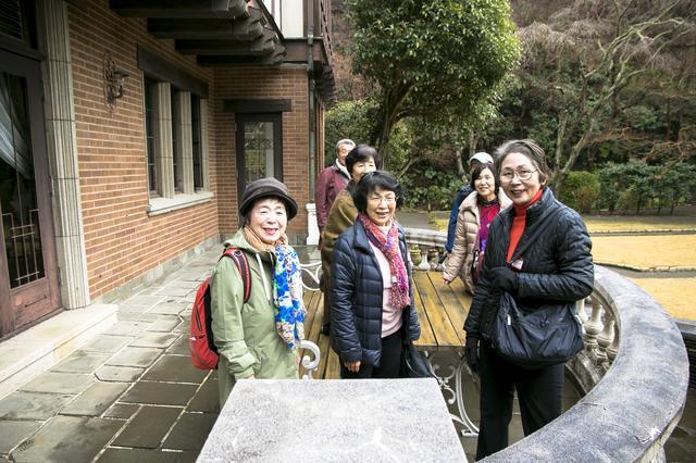 画像: 洋館のバルコニーで笑顔を向けてくれた旅仲間たち