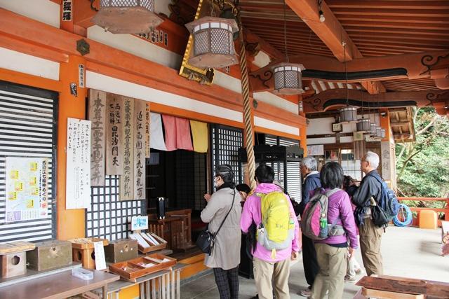 画像: 大崎寺で参拝する旅仲間