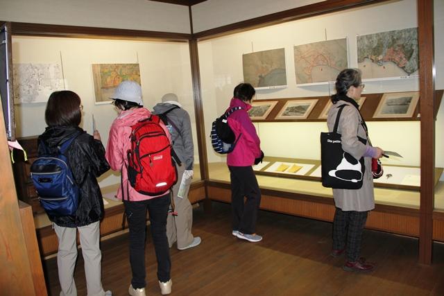 画像: 「丸子船の館」を見学する旅仲間