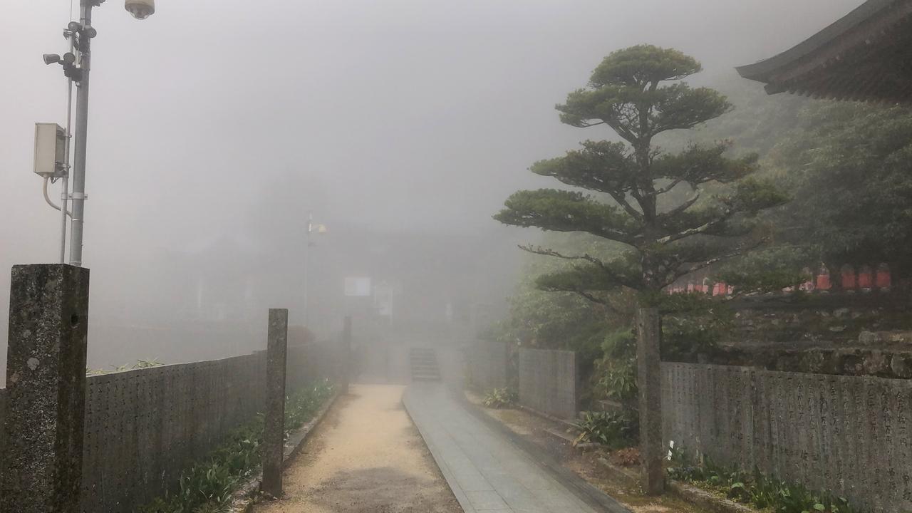 画像: 霧が立ち込める60番札所の横峰寺。「この先に諸仏が待っている」と思うと、まるで天上の世界を歩いているようでした