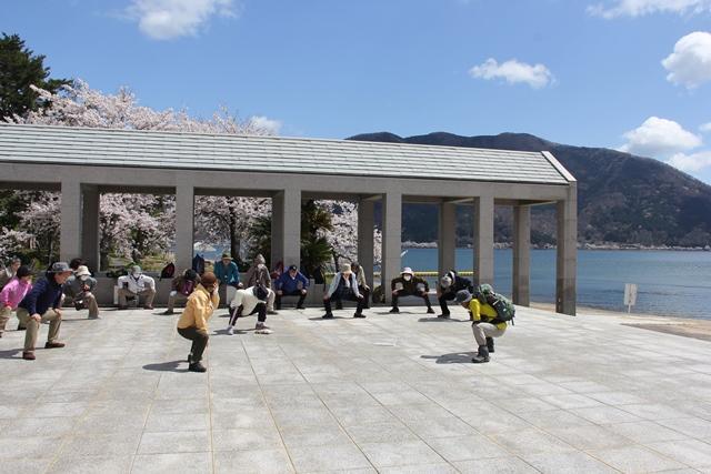 画像: ウォーキング前にまず準備体操。ここでもすでに桜が見られました
