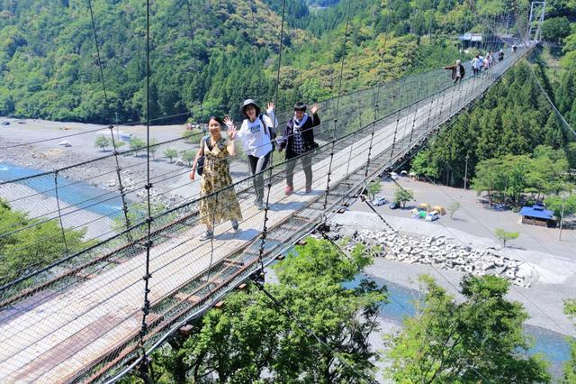 画像: スリル満点! ゆらゆらと揺れる吊り橋を渡りました