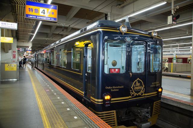 画像: 観光特急「青の交響曲(シンフォニー)」。車両前面には「Blue Symphony」と記されたエンブレムが。