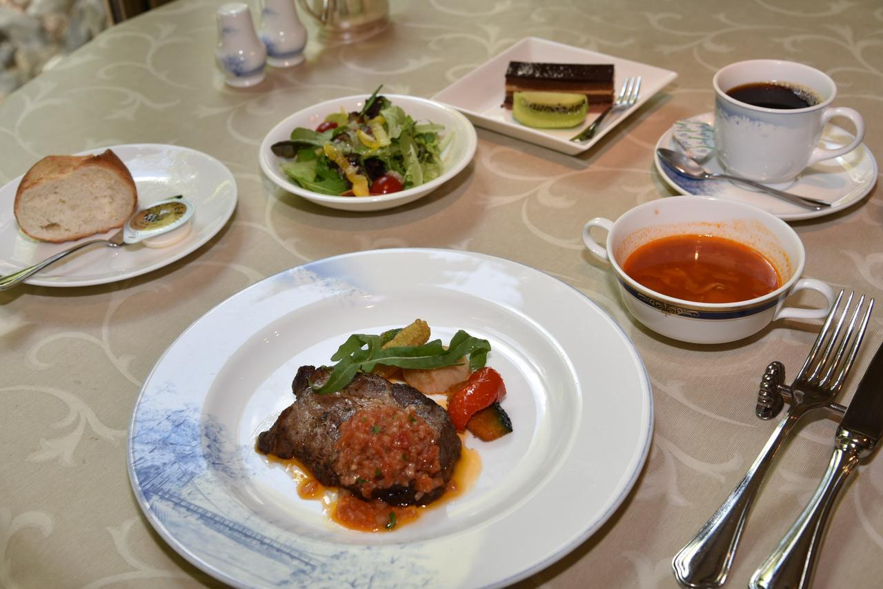 画像: メインにデザートに、旅仲間も大満足の洋食コースランチ