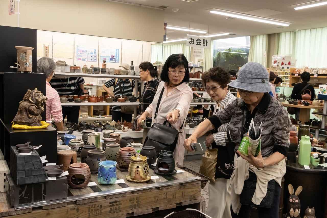 画像: 旅仲間と品物を吟味。買い物にも熱が入ります