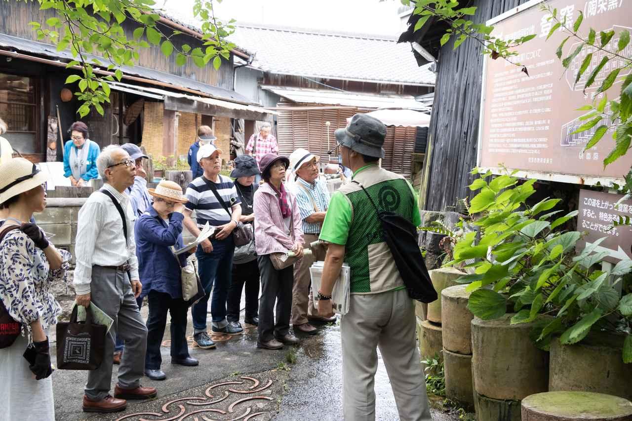 画像: 日本に現存する登窯では最大級だという常滑市の登窯。解説を聞きながら見上げます