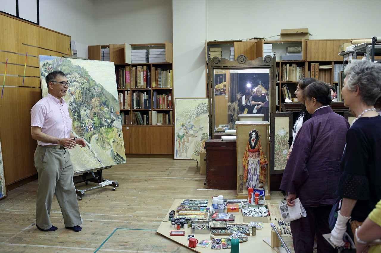 画像: アトリエで美術館スタッフの説明を受けました
