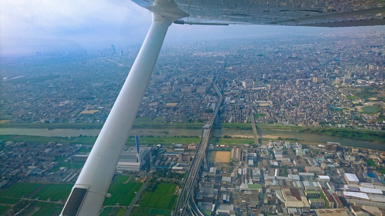 画像: 古墳群へと向かうセスナ機からの眺め。大阪の街が一望です!