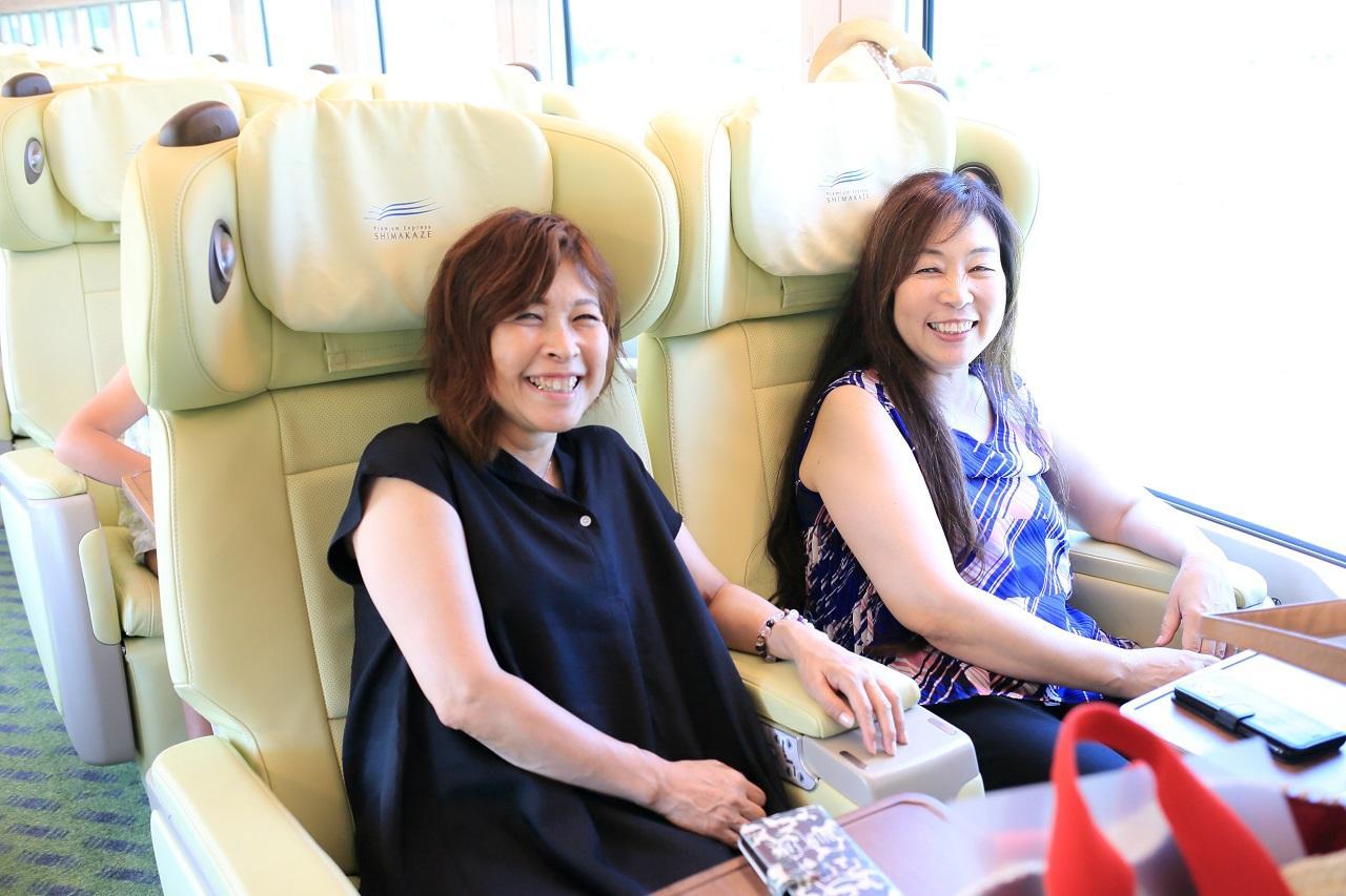 画像: 近鉄観光特急「しまかぜ」で伊勢市へ。上質なシートが旅を盛り上げます