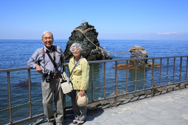 画像: 夫婦岩とともにご夫婦で記念撮影