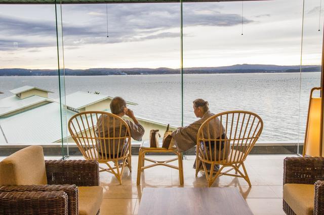 画像: ロビーラウンジで海を眺めるご夫婦。来月も一緒に旅行に出かけるそう
