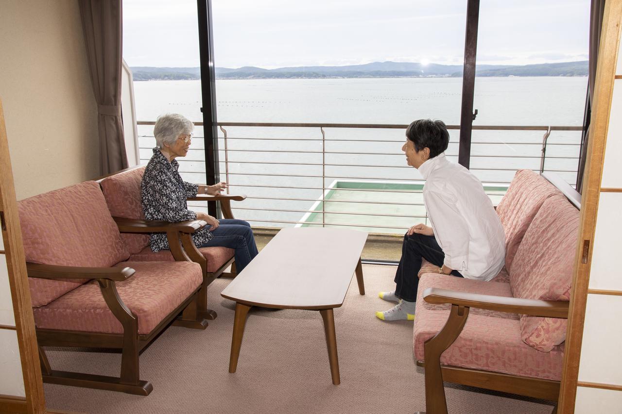 画像: ソファで寛ぎながら話に花を咲かせる旅仲間