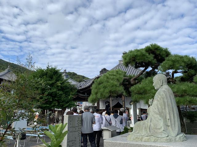 画像: 第73番 出釈迦寺では、弘法大師の像に見守られて読経