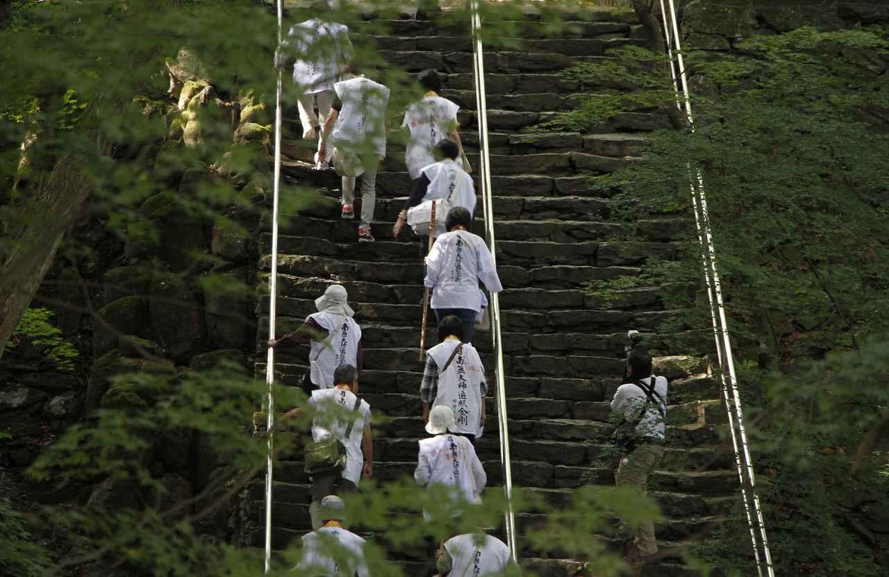 画像: 第82番 根香寺。趣ある参道と石段が一行を迎えてくれました