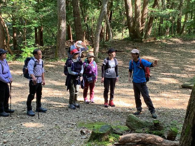 画像: 添乗員に加えて専属ガイド(写真右)が登山をサポート