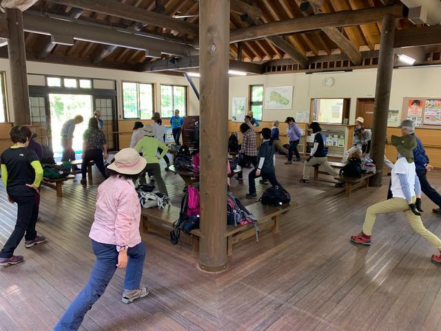 画像: 百々ヶ峰登山の起点となる四季の森センターで準備体操