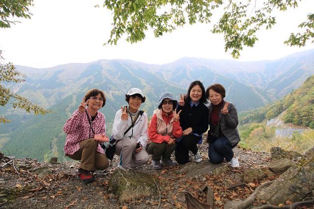 画像: 行者還林道にてナメゴ谷を背景に記念撮影