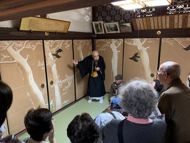 画像: 住職の説明で楞厳寺の襖絵を見学