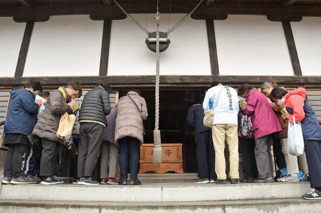 画像: シリーズ5回目ともなると、参拝の作法も手順も完璧。みなさん慣れた様子です