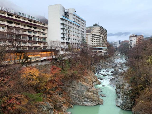 画像: 渓谷沿いにホテルが並ぶ鬼怒川温泉
