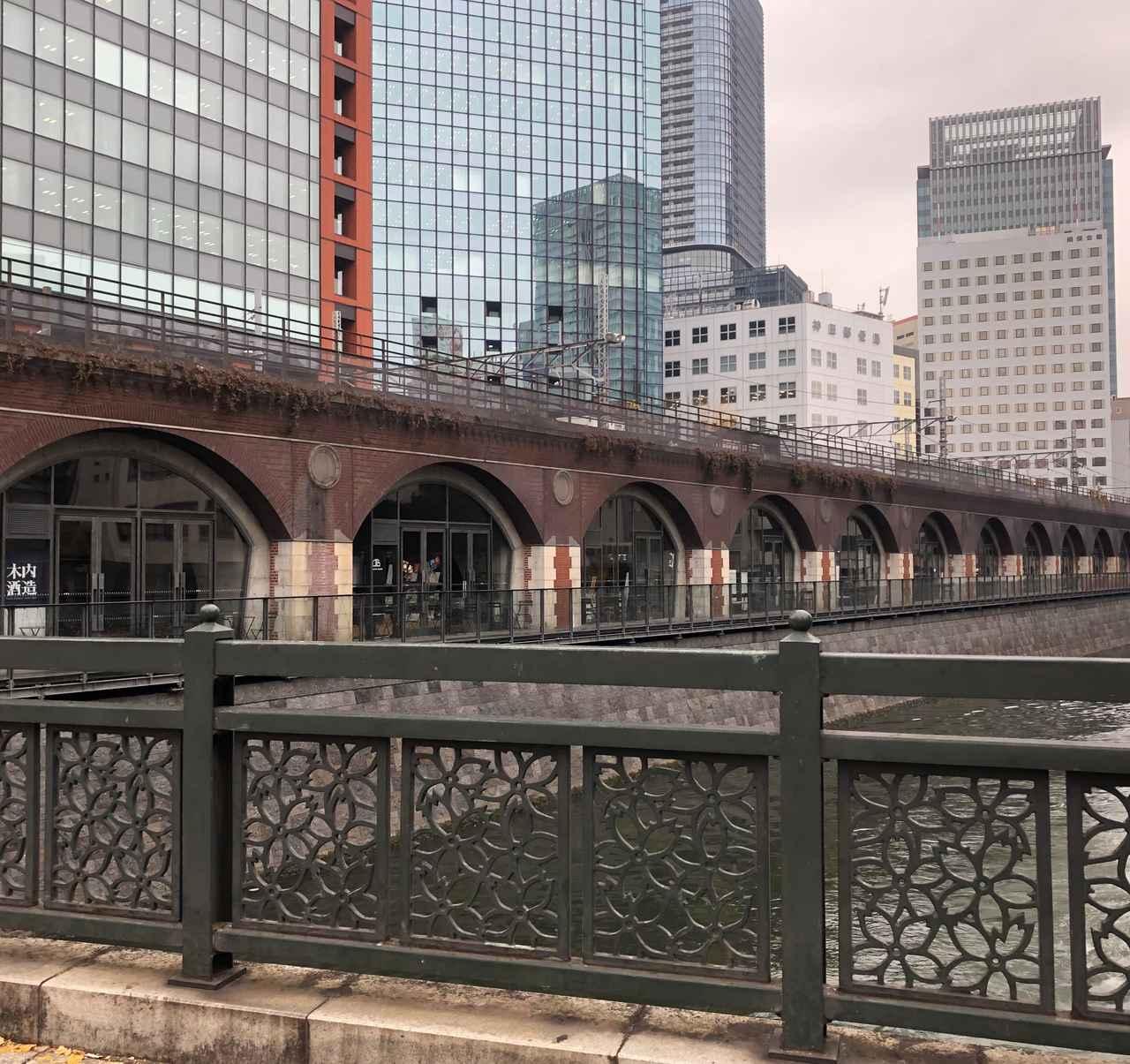 画像: 建設当初の趣が今に残る万世橋。現在はおしゃれなお店が軒を連ねています