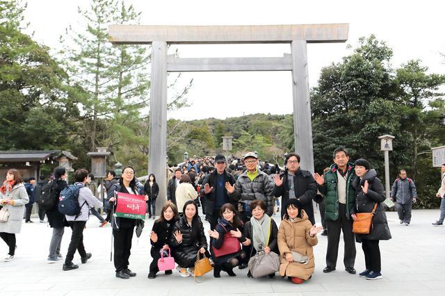 画像: 伊勢神宮・内宮・宇治橋の前で記念撮影