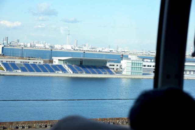 画像: 車窓から見える海の森水上競技場。臨海部に位置しており、ボートとカヌーの競技会場になります(写真:旅の友編集部撮影)