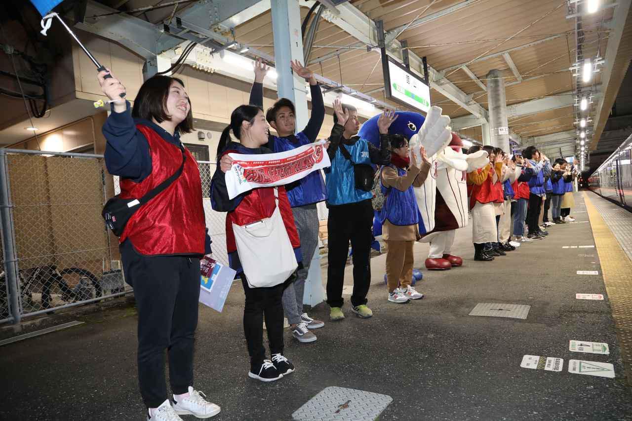 画像: 電車が見えなくなるまで手を振ってくれた城西国際大学の学生の皆様。あたたかいおもてなしに感謝。/大塚雅士撮影