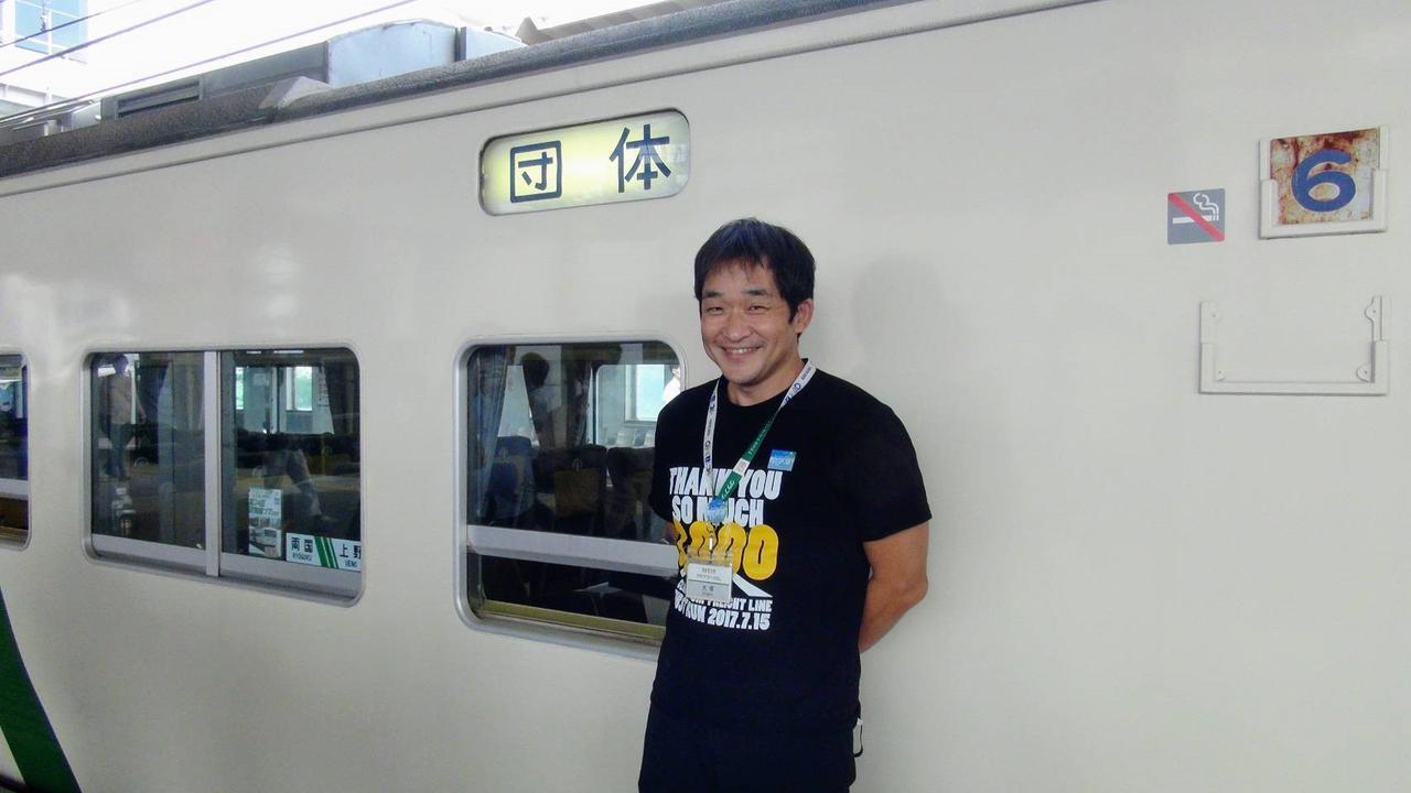 画像: 貨物線ツアー3,000名の集客記念Tシャツを着る大塚氏/弊社社員撮影