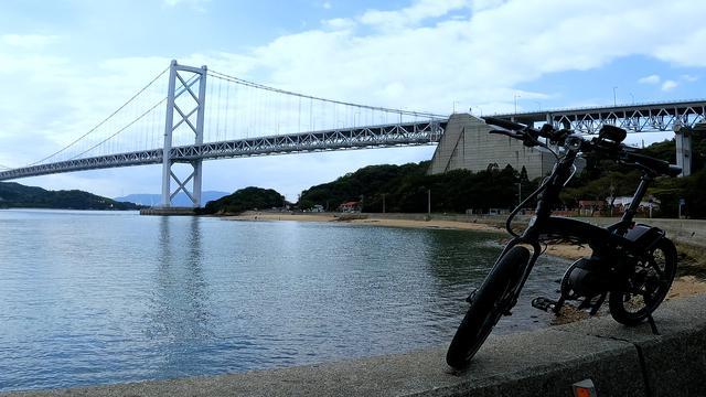 画像: 因島大橋とレンタルE-BIKEヴェクトロン@salt 今回の自転車は『レンタサイクルステーション尾道ベース』さんよりレンタルしました! onomichi-base.com