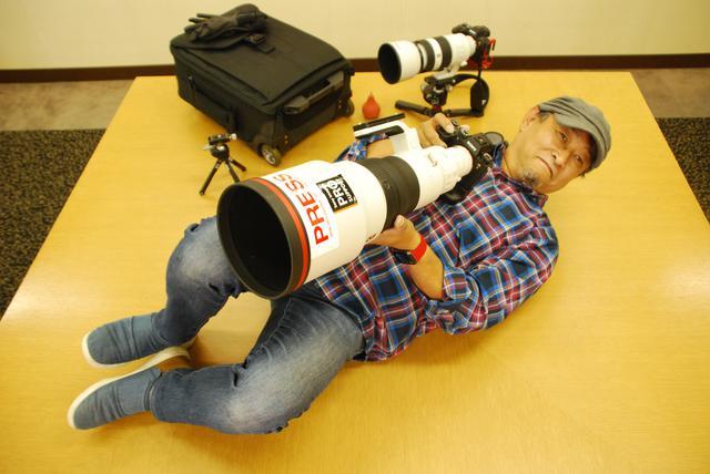 画像: 会議室の机でカメラを構えてくれる坂井田先生