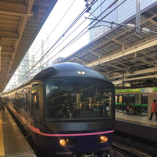 画像: 東京駅を出発するお座敷列車「華」(撮影大塚雅士)
