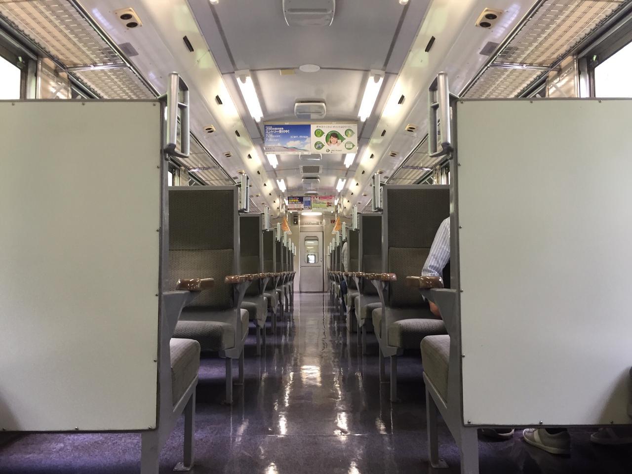 画像: 4人掛けのボックスシートが所狭しと並ぶ。/ 弊社スタッフ鈴木 悠斗撮影