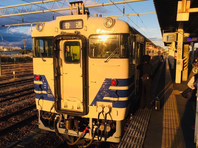 画像: 西日を浴びて東能代駅に到着したキハ40系/ 弊社スタッフ鈴木 悠斗撮影